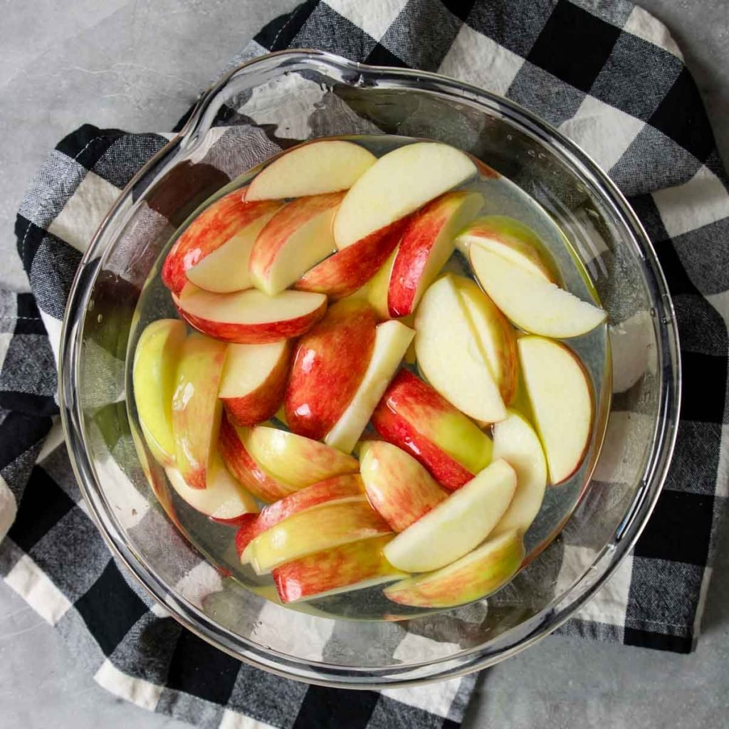 soaking apples in lemon water to prevent browning
