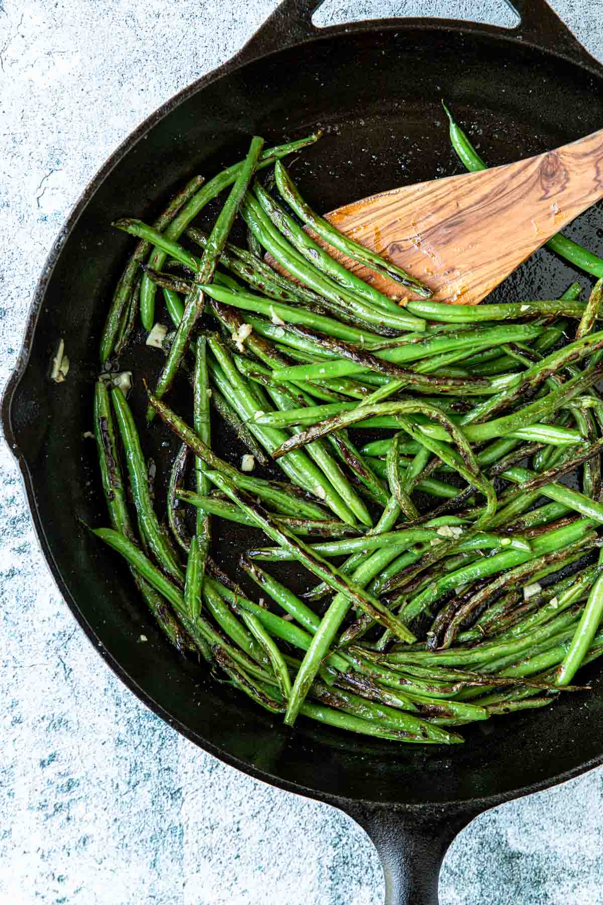 green beans in a cast iron pan